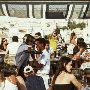Giro dei pub dei bar sul tetto del sabato a Madrid